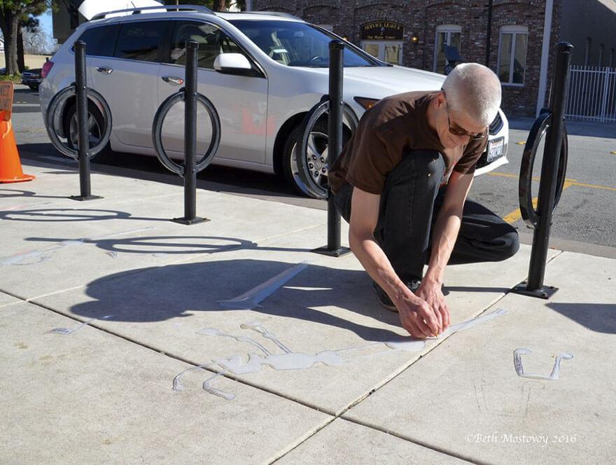 Esse artista de rua pinta sombras falsas para confundir pedestres de forma sensacional 7 - Porque não usarmos a arte para surpreender alguns pedestres ?