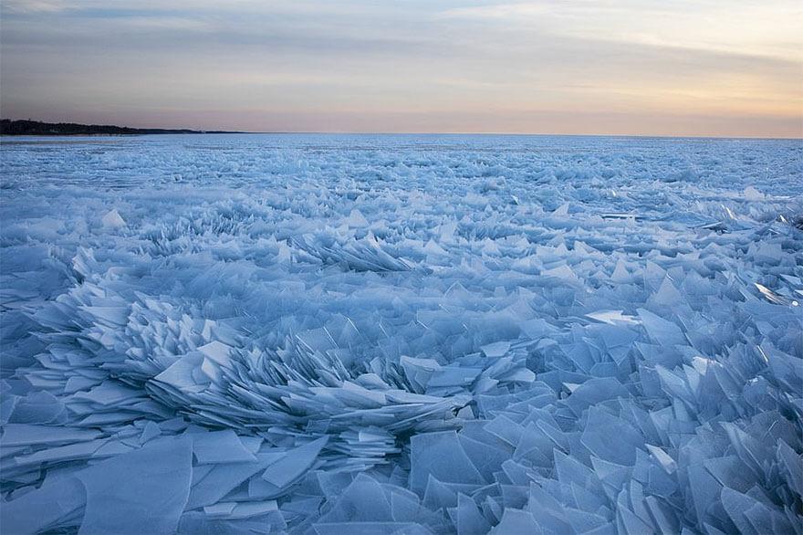 ice shards frozen lake michigan 2 5c934d89f0b6b 880 - Lago congelado de Michigan se quebra em milhões de fragmentos e resulta em um lugar mágico