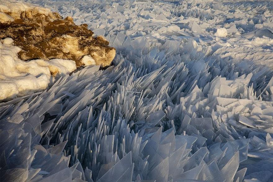 ice shards frozen lake michigan 4 5c934d8f2c571 880 - Lago congelado de Michigan se quebra em milhões de fragmentos e resulta em um lugar mágico