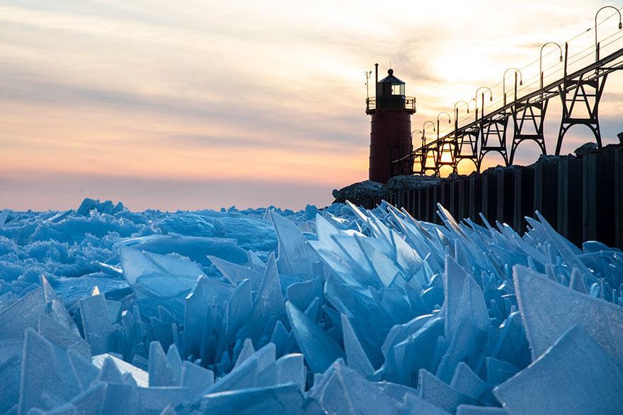 ice shards frozen lake michigan 5c937f18afd19 880 - Lago congelado de Michigan se quebra em milhões de fragmentos e resulta em um lugar mágico