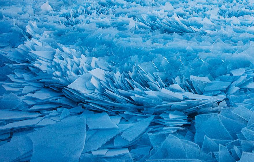 ice shards frozen lake michigan 5c937f1aa070d 880 - Lago congelado de Michigan se quebra em milhões de fragmentos e resulta em um lugar mágico