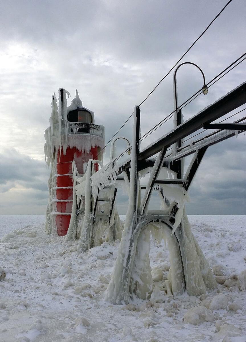 ice shards frozen lake michigan 5c938d632b9f8 880 - Lago congelado de Michigan se quebra em milhões de fragmentos e resulta em um lugar mágico