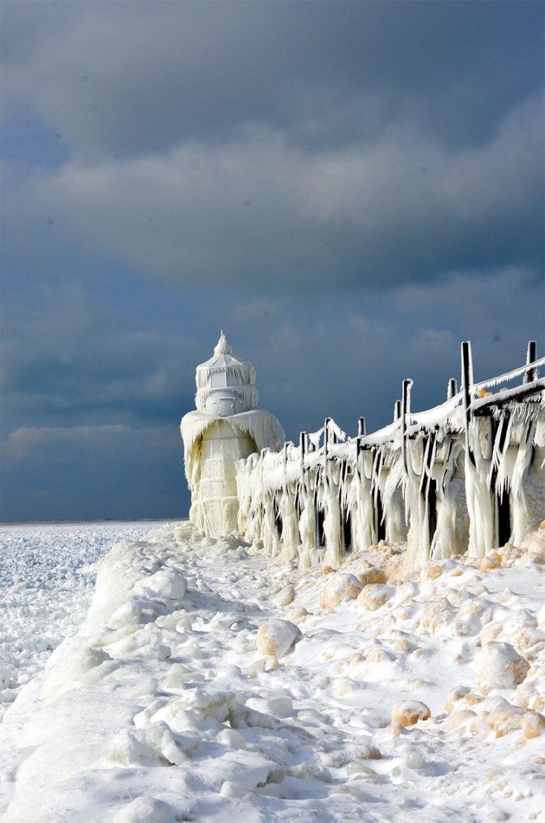 ice shards frozen lake michigan 5c938d6ab64ee 880 - Lago congelado de Michigan se quebra em milhões de fragmentos e resulta em um lugar mágico