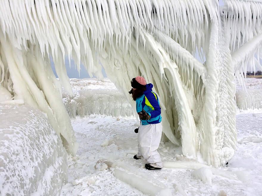 ice shards frozen lake michigan 5c938d70892f7 880 - Lago congelado de Michigan se quebra em milhões de fragmentos e resulta em um lugar mágico