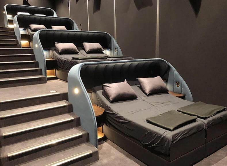 cama 1 - Cinema que trocou assentos comuns por camas de casais