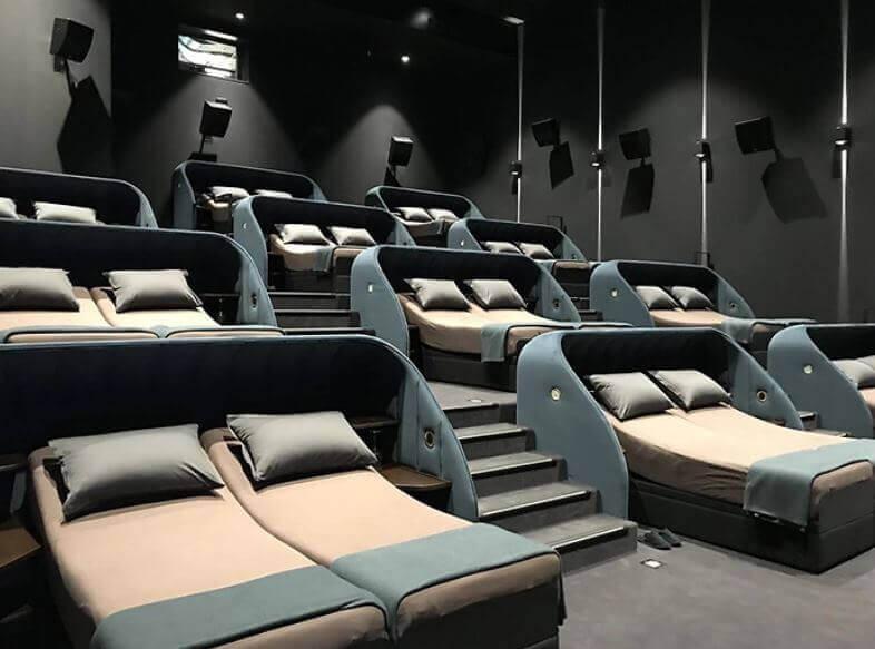 cama 3 - Cinema que trocou assentos comuns por camas de casais