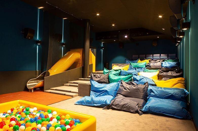 cama 5 - Cinema que trocou assentos comuns por camas de casais