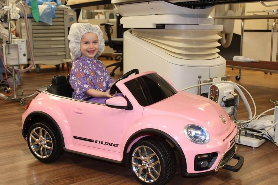 car - Hospital dá às crianças pequenos carros para dirijam ao centro cirúrgico menos estressadas