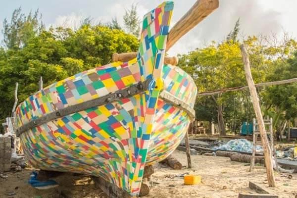 flipflopi - Barco feito inteiramente de chinelos está limpando o Quênia do plástico