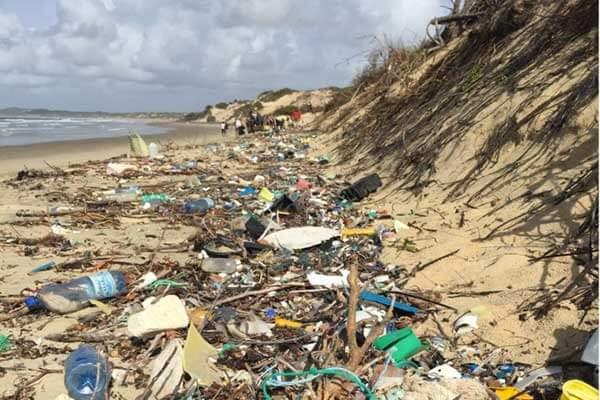 lixoquenia - Barco feito inteiramente de chinelos está limpando o Quênia do plástico