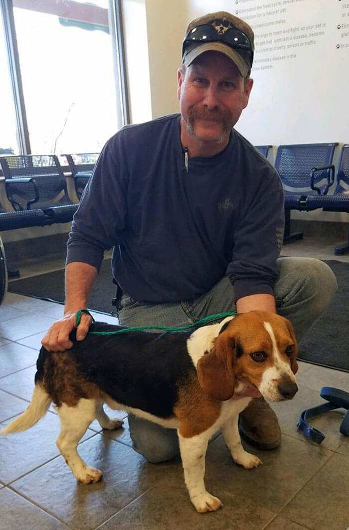 dog scheduled to be put down rescued hugs rescuer hound rescue and sanctuary 5d35a134aad5a 700 - Homem resgata um Beagle de ser sacrificado em um abrigo, o cão não pode conter sua gratidão, abraça seu salvador