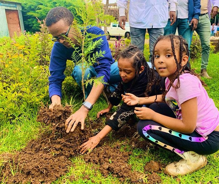 350 million trees planted record green legacy ethiopia 5d41583e6a893 700 - Etiópia quebra recorde mundial plantando 350 milhões de mudas em 12 horas