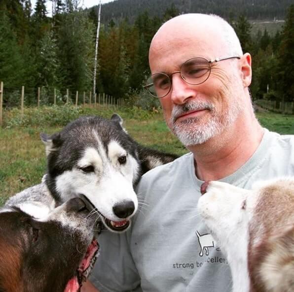"""casaladota2 - Casal ao adotar 45 cães """"indesejados"""" permite que eles corram livres pela primeira vez"""