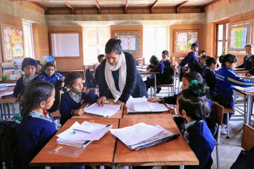 escola nepal ciclovivo3 - Escola feita de terra batida utiliza energia solar e água da chuva