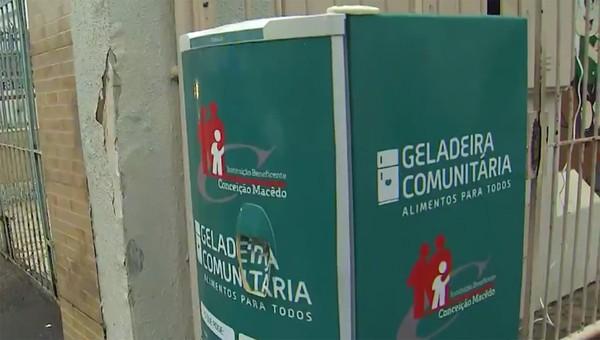 """geladeira02 - Grupo que teve """"geladeira solidária"""" furtada em Salvador recebe doações para comprar outra"""