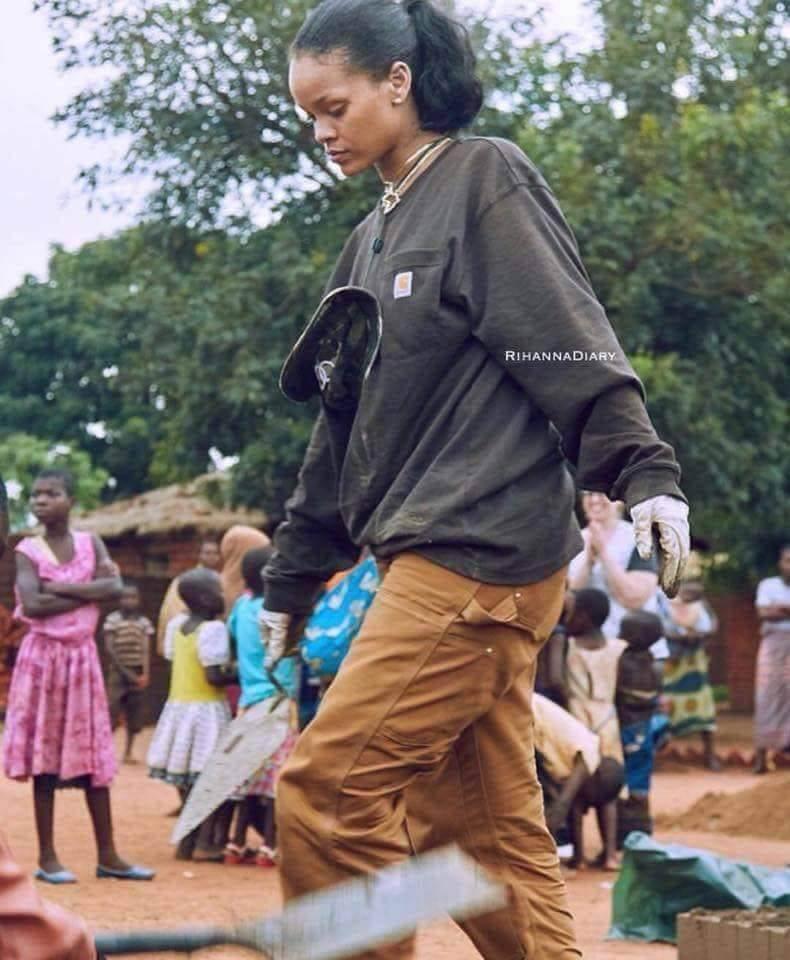 aaaa 6 - Rihanna coloca a mão na massa ao ajudar a construir um hospital no Malaui