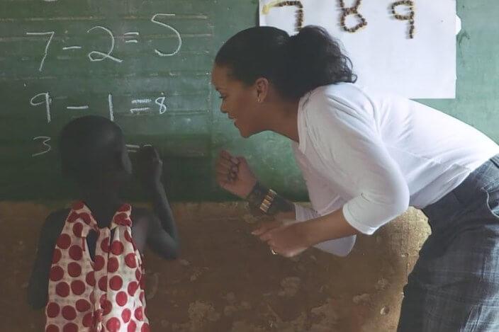 aaaaaaaa 2 - Rihanna coloca a mão na massa ao ajudar a construir um hospital no Malaui