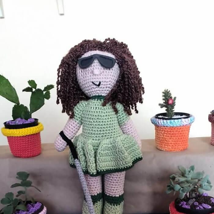 bonecacomvit3 - Senhor com vitiligo faz bonecas de crochê para que crianças se sintam bem com a aparência
