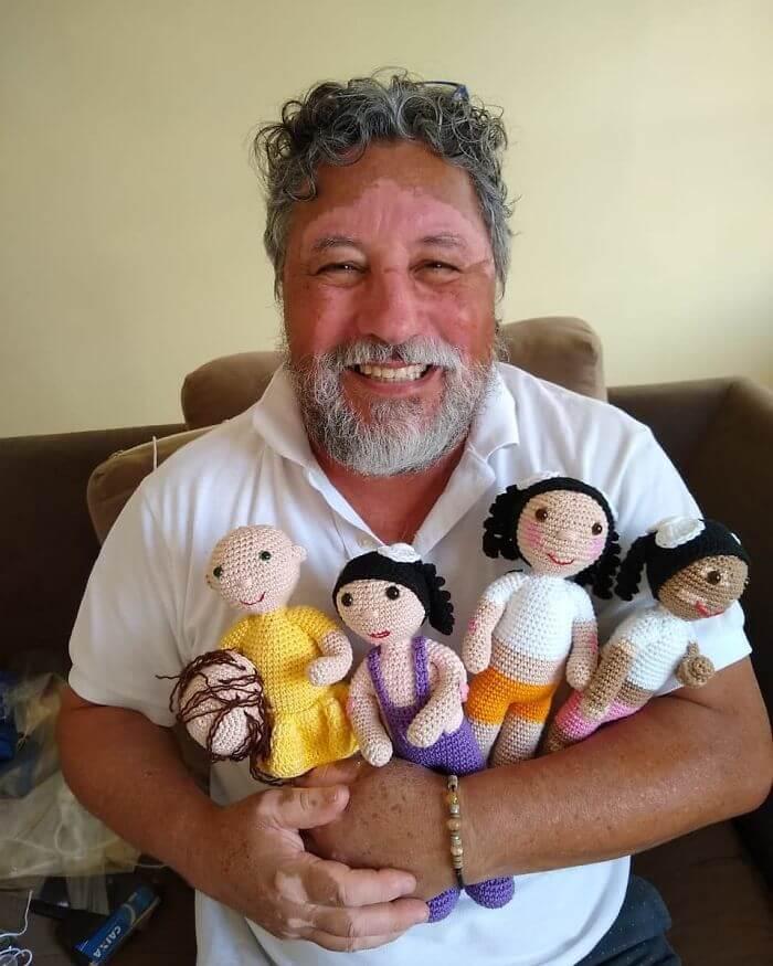 bonecacomvit4 - Senhor com vitiligo faz bonecas de crochê para que crianças se sintam bem com a aparência