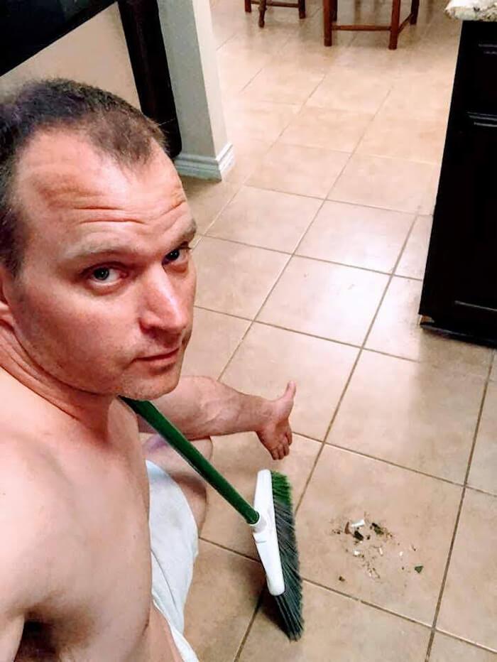 """sexy house chore photos 1 5d68c713c12a9 png  700 - Homem manda fotos """"sensuais"""" fazendo alguns deveres domésticos para sua mulher e viraliza"""
