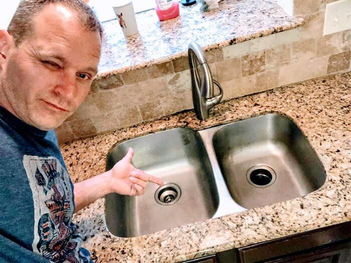 """sexy house chore photos 15 5d68c734a877b png  700 - Homem manda fotos """"sensuais"""" fazendo alguns deveres domésticos para sua mulher e viraliza"""