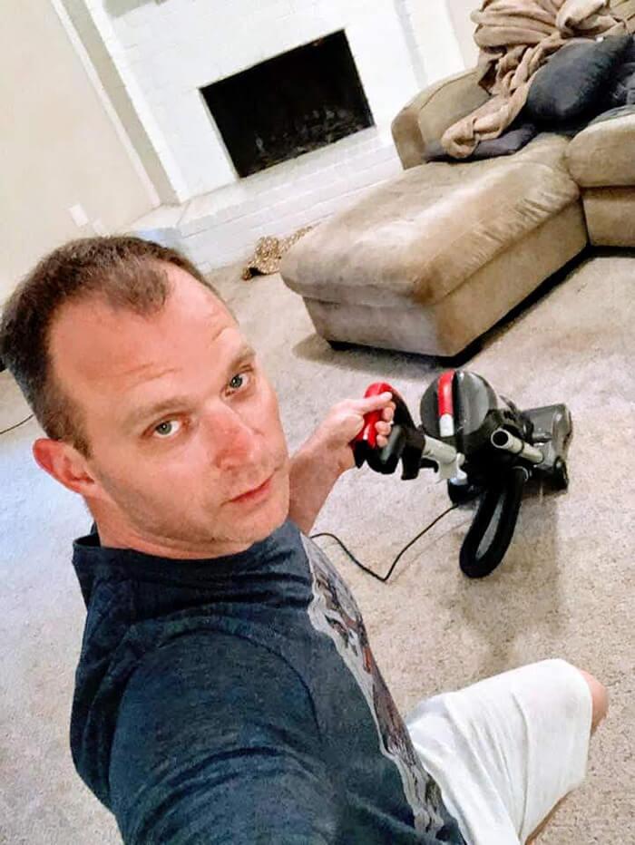 """sexy house chore photos 16 5d68c7371d1b5 png 700 - Homem manda fotos """"sensuais"""" fazendo alguns deveres domésticos para sua mulher e viraliza"""