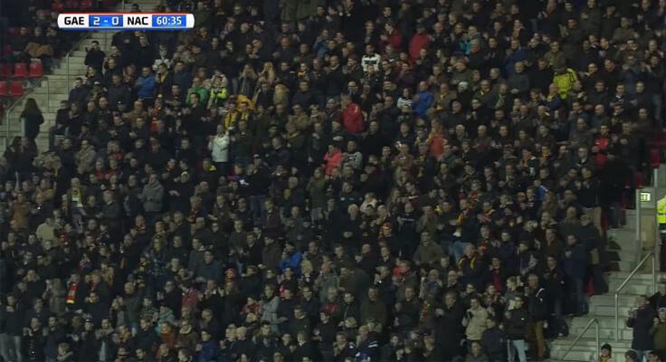 2 1 - Torcida aplaude e canta para goleiro adversário que perdeu a mãe na Holanda