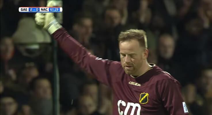 3 1 - Torcida aplaude e canta para goleiro adversário que perdeu a mãe na Holanda