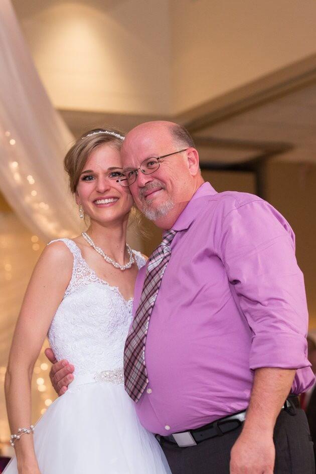 5631424a190000b100b9526b - Noiva que sobreviveu à leucemia dança valsa com seu doador em seu casamento
