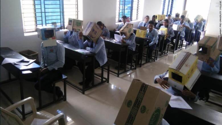 alunoscaixa2 - Estudantes indianos usam caixas na cabeça durante provas para evitar trapaças
