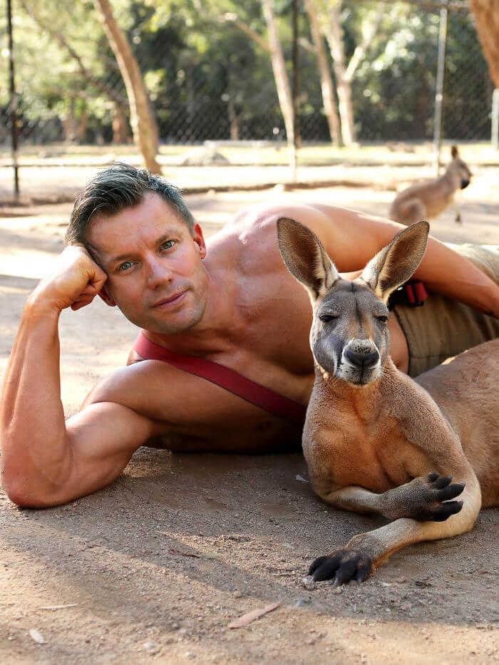 australian firefighters animals calendar 2020 30 5d9c4369895ee  700 - Bombeiros posam com animais para calendário de caridades e fotos são tão quentes que causam incêndios