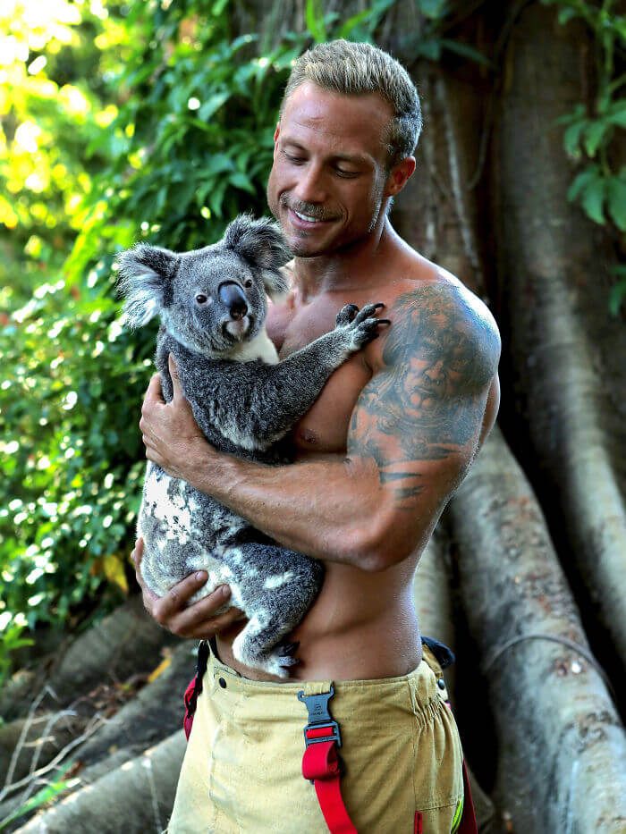 australian firefighters animals calendar 2020 34 5d9c4398b9eeb  700 - Bombeiros posam com animais para calendário de caridades e fotos são tão quentes que causam incêndios