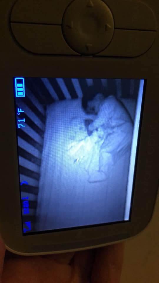 """bb1 - Mãe pensa ter visto um""""bebê fantasma"""" no berço com o filho, mas a verdade é hilária"""