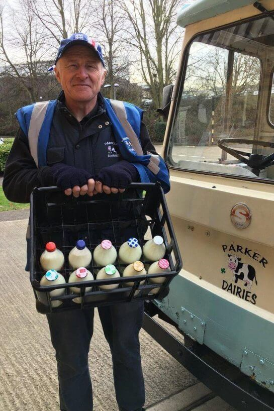 leite - Em Londres, voltaram a entregar leite em garrafas de vidro para reduzir o uso de plástico
