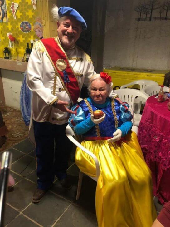 nenzinha2 - Vovó se veste de Branca de Neve e os filhos dos 7 anões para comemorar seus 96 anos