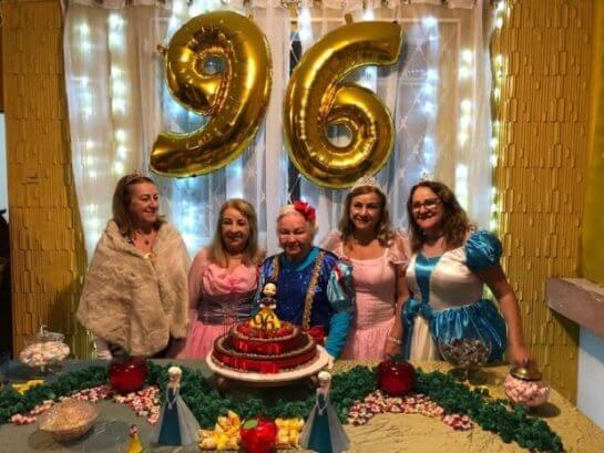 nenzinha3 - Vovó se veste de Branca de Neve e os filhos dos 7 anões para comemorar seus 96 anos