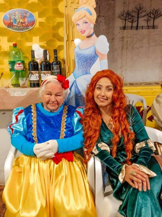 nenzinha4 - Vovó se veste de Branca de Neve e os filhos dos 7 anões para comemorar seus 96 anos