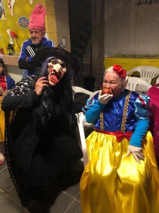 nenzinha5 - Vovó se veste de Branca de Neve e os filhos dos 7 anões para comemorar seus 96 anos