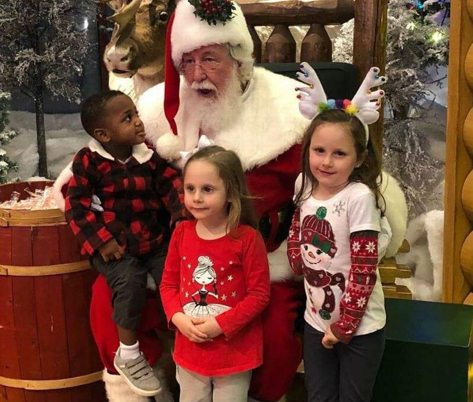 menino papai noel rezou - Papai Noel paralisa fila de fotos e reza com menino que pediu rim novo de Natal