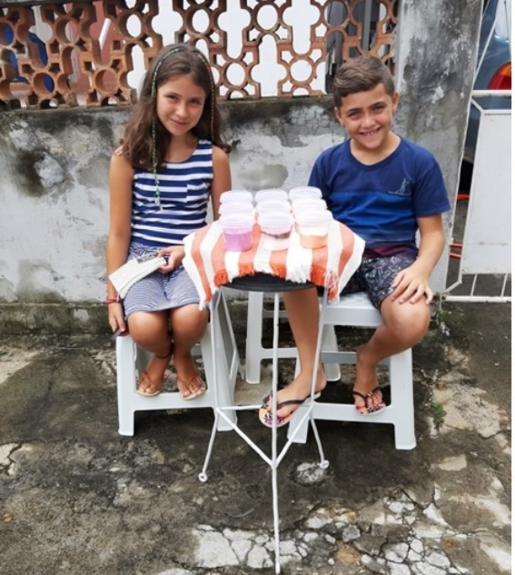 111 - Crianças vendem slime para comprar ração à cães de rua