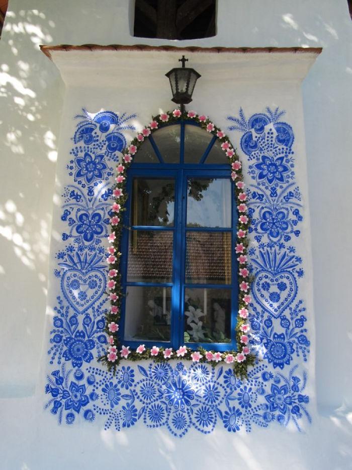 CapelaVó - Vovó de 90 anos transforma vila onde mora em belíssima galeria de arte