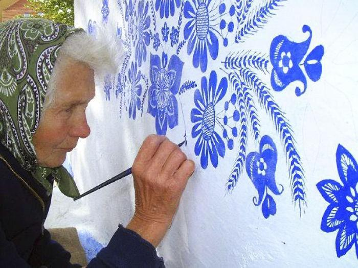 VovoDesenhando - Vovó de 90 anos transforma vila onde mora em belíssima galeria de arte