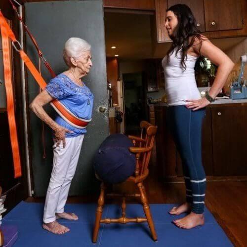 images 2 - Yoga transforma postura e saúde de senhora com 87 anos