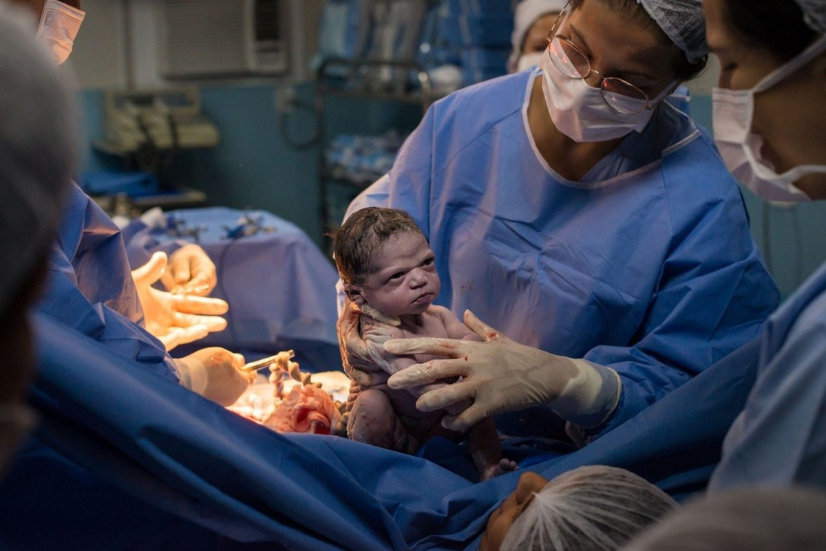 bebe scaled - Menina recém-nascida nasce com cara de 'brava' e encanta os internautas