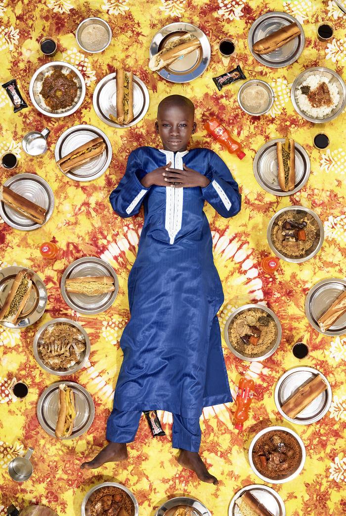 kids surrounded weekly diet photos daily bread gregg segal 10 5d11c0e59b018 700 - 10 fotos de crianças de todo o mundo que foram fotografadas demonstrando o que comem durante uma semana