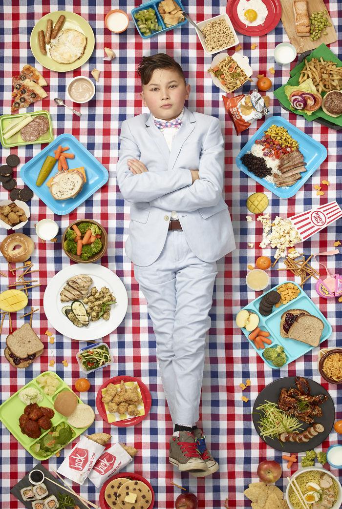 kids surrounded weekly diet photos daily bread gregg segal 12 5d11c0ec52a19 700 - 10 fotos de crianças de todo o mundo que foram fotografadas demonstrando o que comem durante uma semana