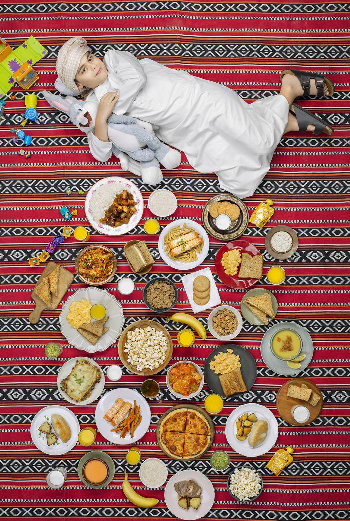 kids surrounded weekly diet photos daily bread gregg segal 14 5d11c0f2d1a57 700 - 10 fotos de crianças de todo o mundo que foram fotografadas demonstrando o que comem durante uma semana