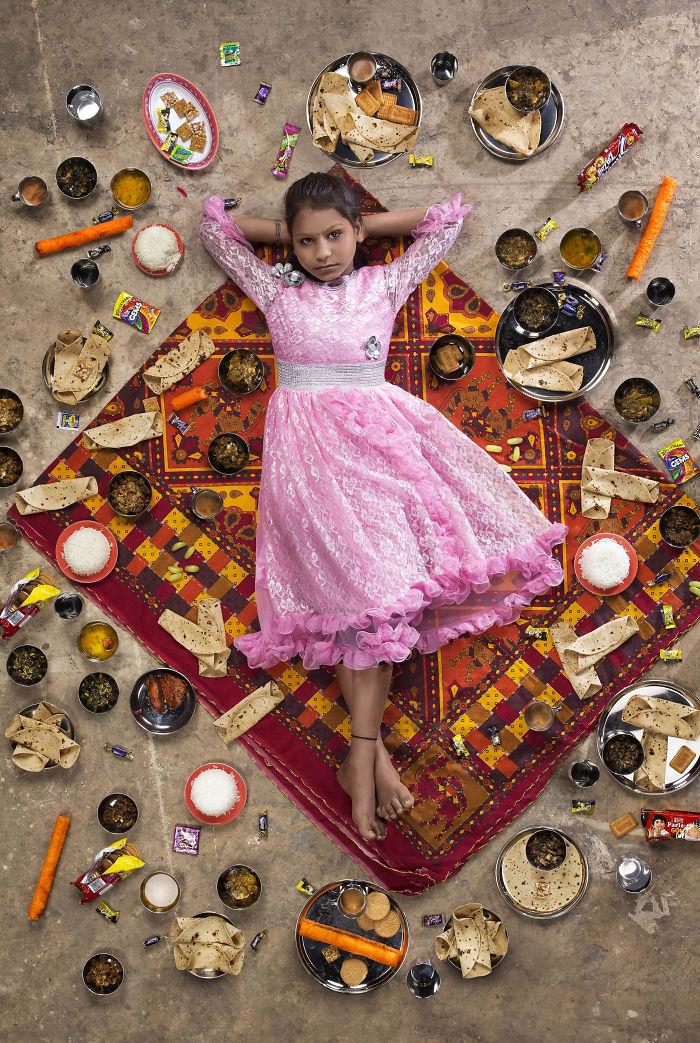 kids surrounded weekly diet photos daily bread gregg segal 2 5d11c0ca7c9bd  700 - 10 fotos de crianças de todo o mundo que foram fotografadas demonstrando o que comem durante uma semana