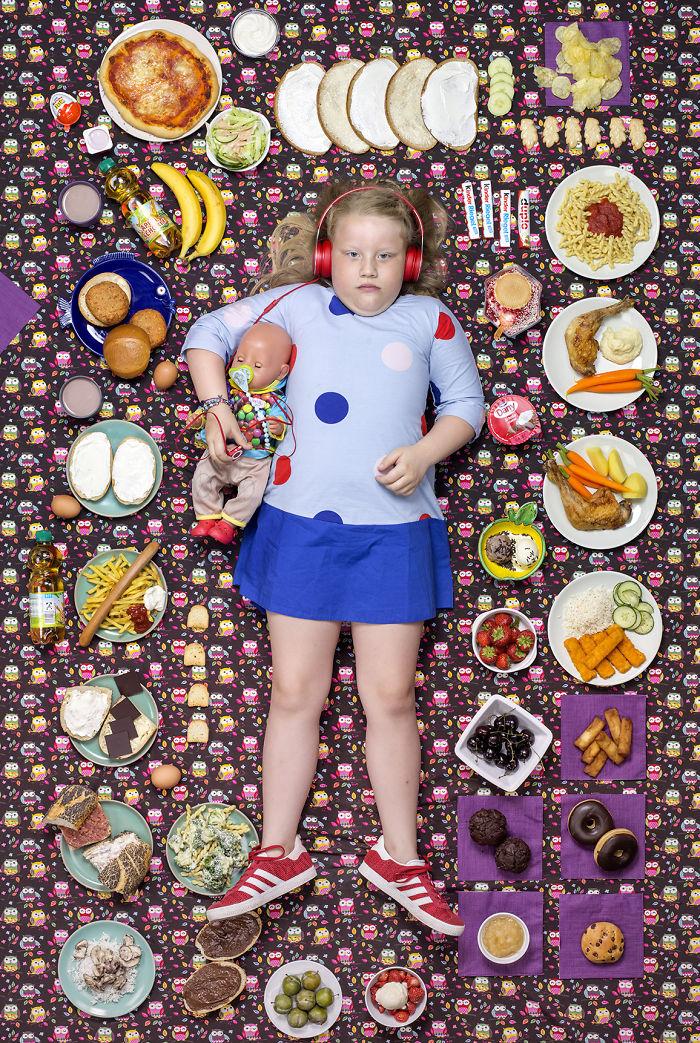 kids surrounded weekly diet photos daily bread gregg segal 3 5d11c0ce3f9fa  700 - 10 fotos de crianças de todo o mundo que foram fotografadas demonstrando o que comem durante uma semana