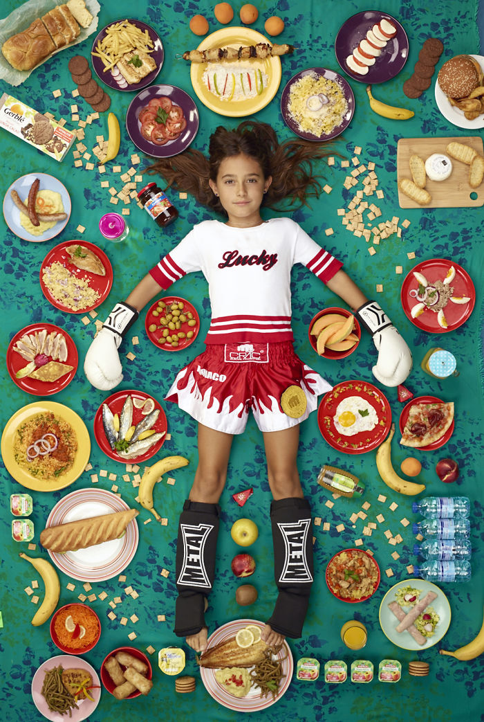 kids surrounded weekly diet photos daily bread gregg segal 31 5d11c1310091e 700 - 10 fotos de crianças de todo o mundo que foram fotografadas demonstrando o que comem durante uma semana